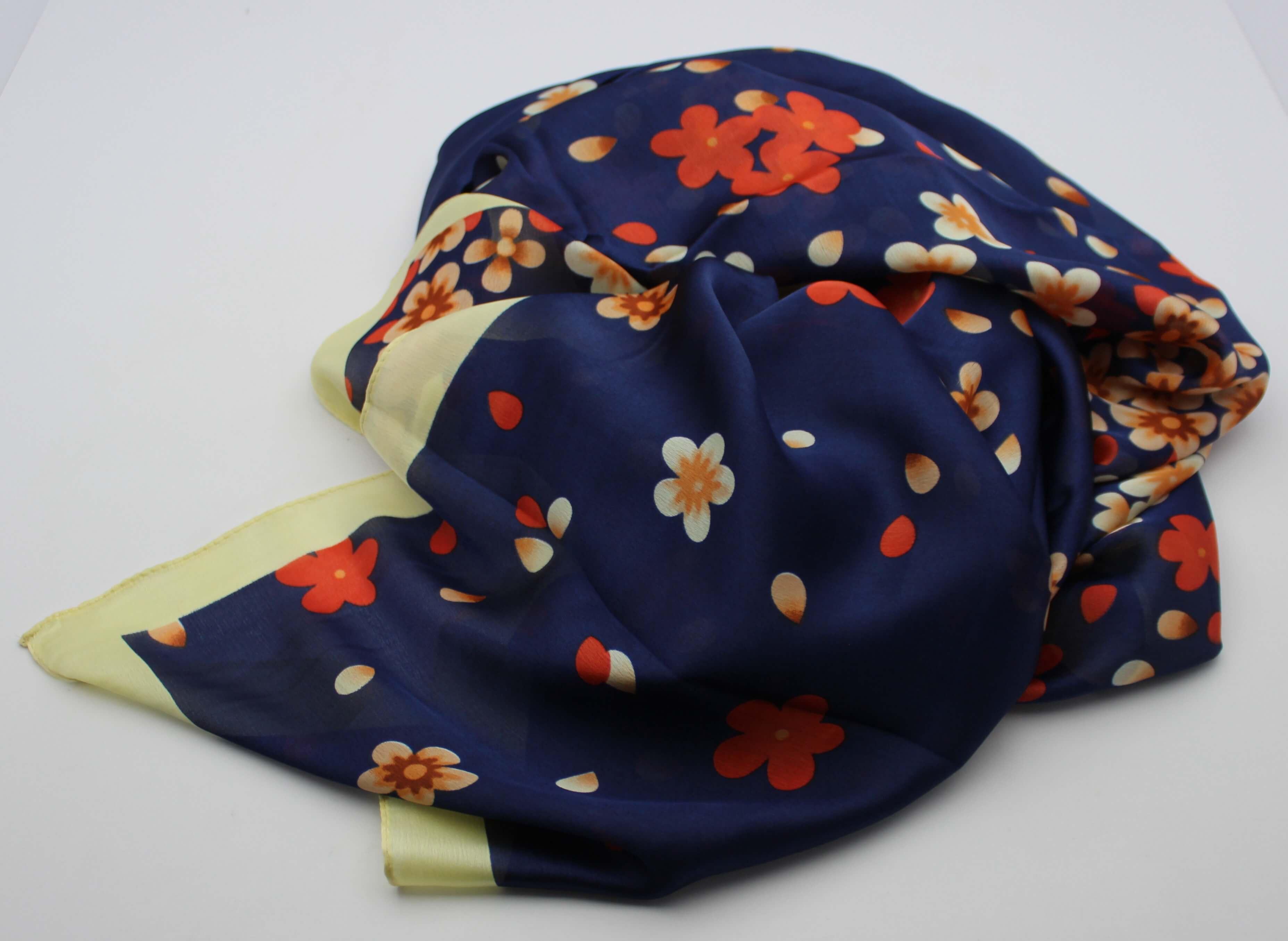 99201fee69a Hedvábný šátek modrý s puntíkama
