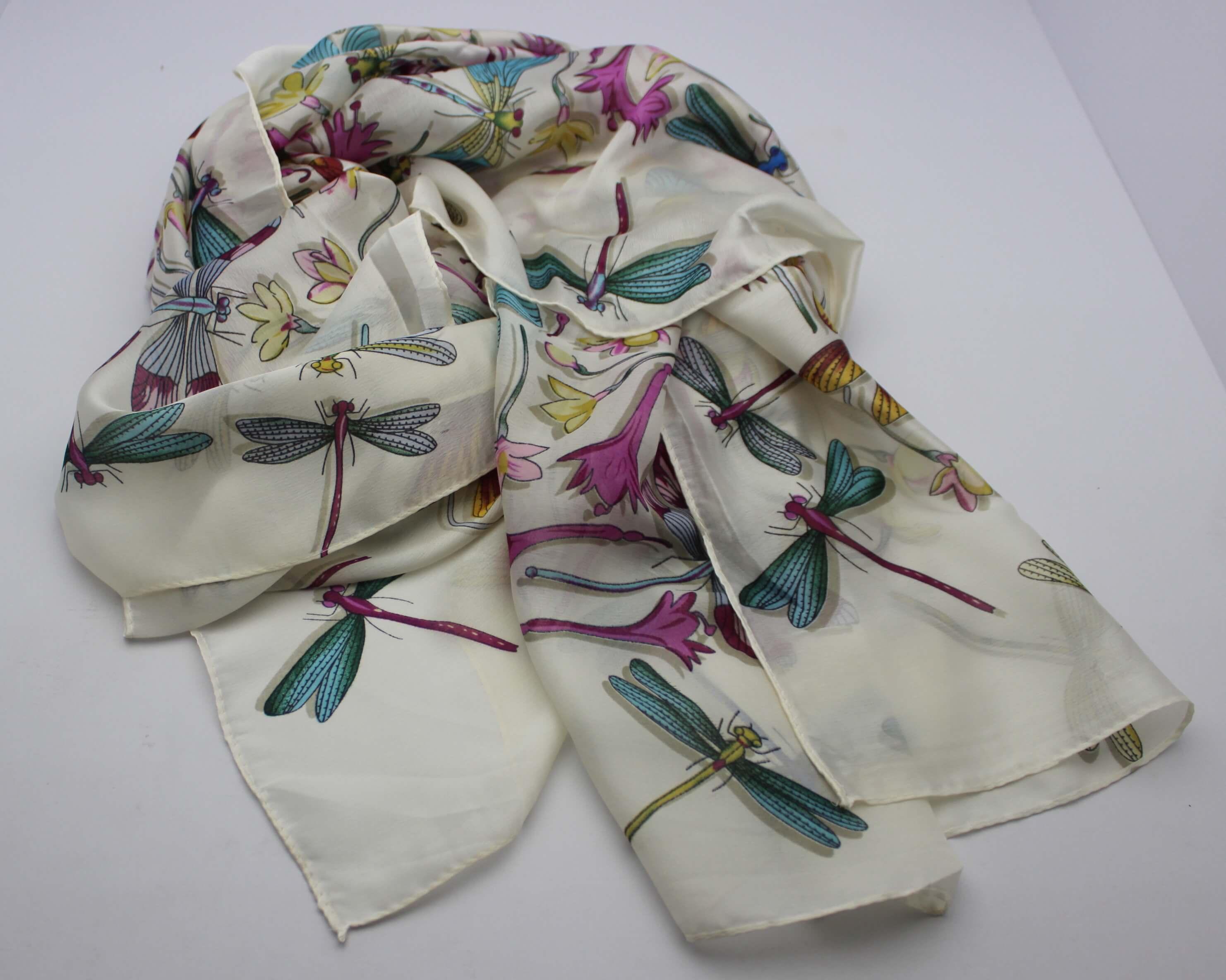 3064e593360 Hedvábný šátek bilý s vážkami